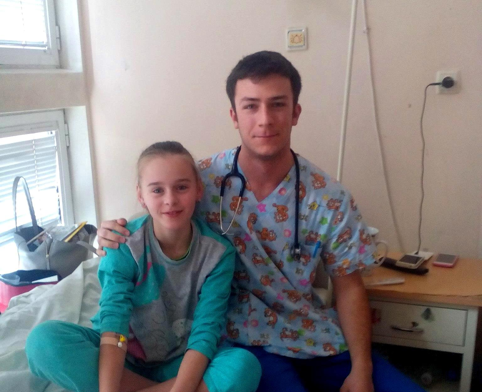 Снимка на Д-р Борис Стоилов с успешно излекувана пациентка