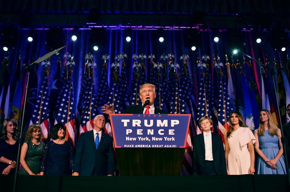Новоизбраният президент Доналд Тръмп, заедно със семейството си, отправя обръщение към свои поддръжници по време на събитие в изборната нощ в New York Hilton Midtown на 8 ноември 2016 г. в Ню Йорк. Credit: Jabin Botsford, The Washington Post/Getty