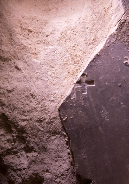 Тази счупена мраморна плоча, гравирана с християнски кръст, може би датира от времето на кръстоносните походи. Credit: Oded Balilty, AP for National Geographic