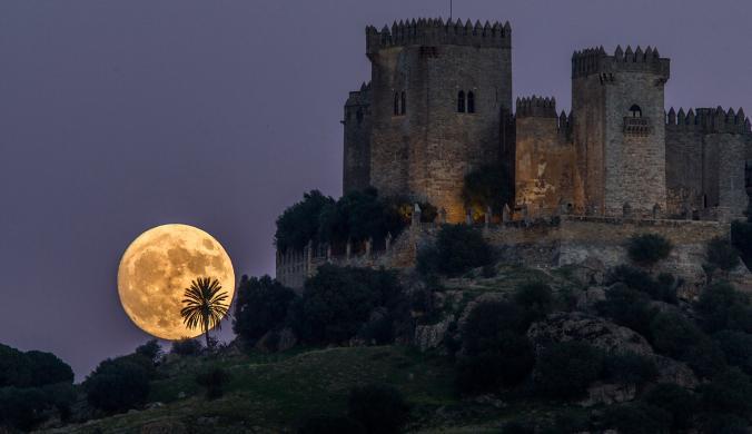 Луната изгрява зад замъка Алмодовар в Кордоба, Испания. Credit: Micuel Morenatii, Associated Press