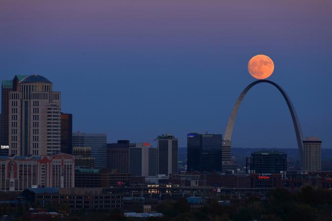 Супер Луната изглежда сякаш балансира върху арката в Сейнт Луис. Credit: David Carson, St. Louis Post-Dispatch, Associated Press