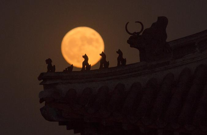 Забраненият град в Пекин е страхотно място, на което да се любувате на Супер Луната. Credit: Nicolas Asfouri, Afp, Getty Images