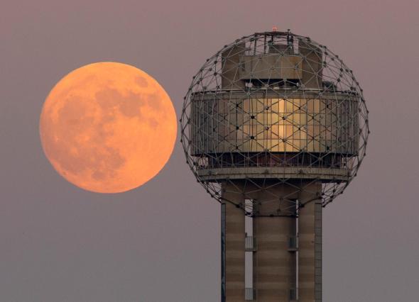 Супер Луната влиза във визуален контраст с Reunion Tower в центъра на Далас. Credit: Tom Fox, The Dallas Morning News, Associated Press