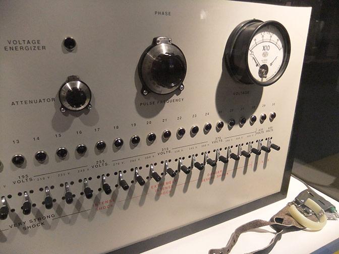 Такава електроконвулсивна машина може да излъчи болезнени шокови сигнали до мозъка. Credit: Isabelle Adam/Flickr