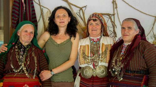 Със събеседнички от с. Пирин (втора отдясно е прочутата Любимка Бесерова). Снимка: Владимир Мачоков.