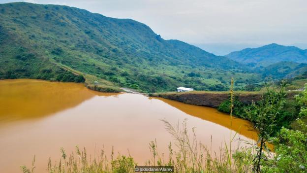 Езерото Ниос в Камерун съдържа опасни нива на въглероден диоксид. Credit: jbdodane/Alamy