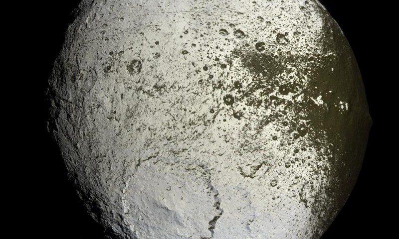Двуцветният Япет е най-чудатата луна, позната в цялата Слънчева система. Credit: NASA / JPL-Caltech / Space Science Institute / Cassini.