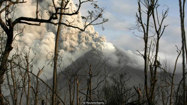 Вулканът Мерапи в Индонезия изригна през 2010 г.  Credit: Reuters/Alamy