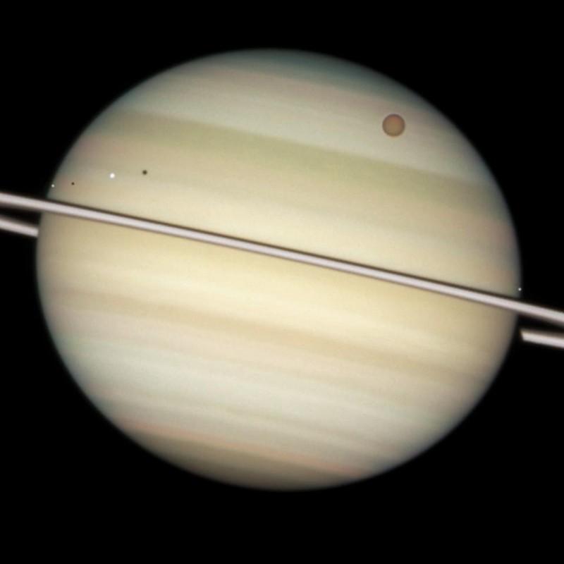 Сатурн, планетата с пръстените, има няколко интересни луни. Но най-големият ѝ спътник – Титан, не е толкова загадъчен, колкото по-малкия Япет. Credit: NASA, ESA and the Hubble Heritage Team (STScI/AURA). Acknowledgment: M. Wong (STScI/UC Berkeley) and C. Go (Philippines).