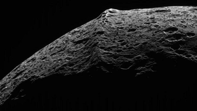 Огромният екваториален хребет на Япет е уникален за Слънчевата система. Credit: NASA / JPL-Caltech / Space Science Institute / Cassini.