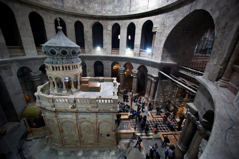 Богато украсената постройка, известна като едикула или кувуклий, обхваща това, което се смята, че е гробницата на Иисус Христос в църквата на Божи гроб в Йерусалим. Светилището тъкмо е преминало през дългогодишна реставрация.