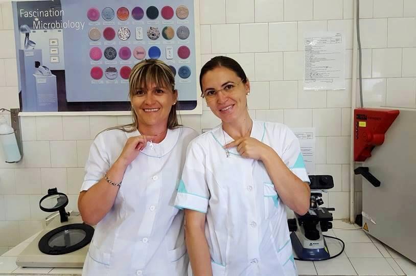 Силвия Велева и Силвия Ветренска, които получиха подарък и от ръководтсвото на лабораторията си – колиета микроскоп от КупиНаука, за спечеленото 5-то място в конкурса миналата година