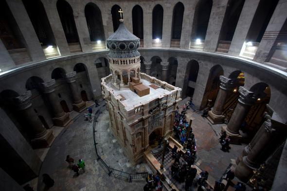 Ротондата, която обгражда едикулата, се смята, че следва очертанията на първата църква на това място, построена около 325 г. сл.Хр.