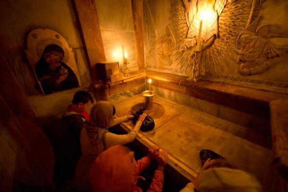 Християни се молят вътре в гробницата на Иисус в църквата на Божи гроб.