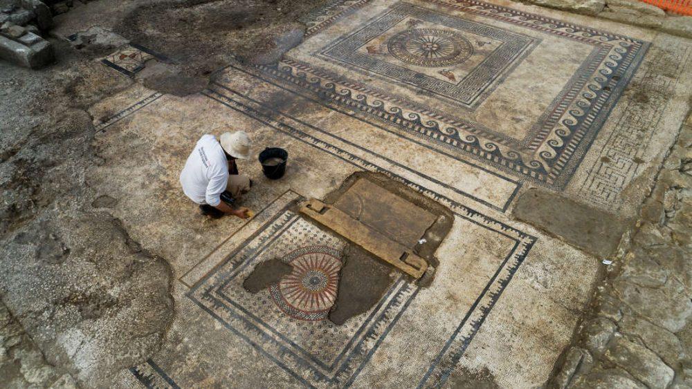 Археолог почиства една от мозайките на обекта. Credit: Denis Gliksman/INRAP