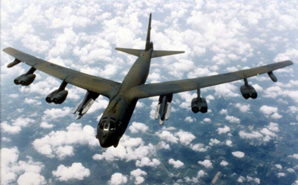 """Боинг B-52 е стара машина от """"авиопарка"""" с бомбардировачи на САЩ с приблизителна старост повече от 45 години. Може да пренася по-голям арсенал от оръжия и да издържи повече, без презареждане на горивото, отколкото всеки друг бомбардировач. Credit: A.P. Photo/U.S. Air Force"""