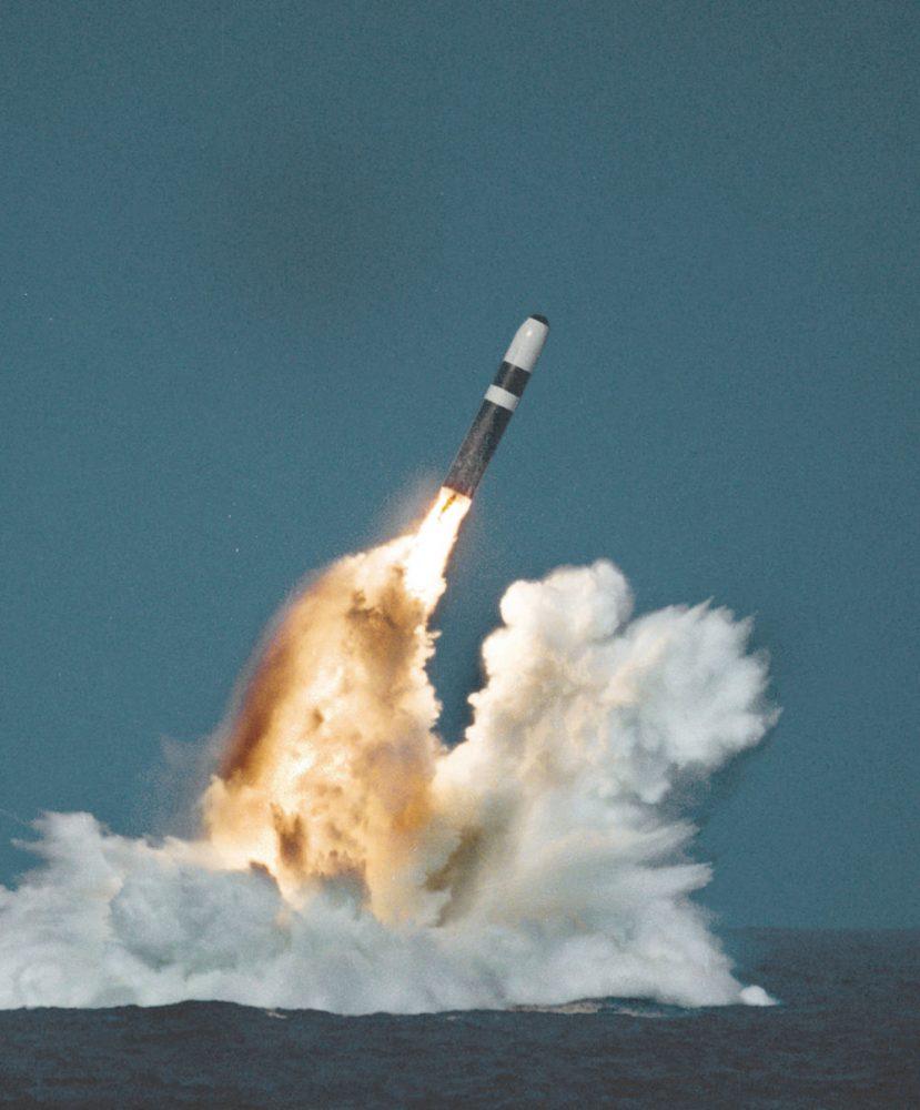 Trident II D5, най-добре оборудваната SLMB в света, се използва както от USN, така и от Кралските военноморски сили, защото предлага гъвкава комбинация от значителен полезен товар, висока точност и е широкообхватен. Credit: US Navy