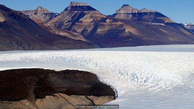 Били са откривани бактерии в латентно състояние в Антарктическия лед. Credit: Colin Harris/Era Images/Alamy