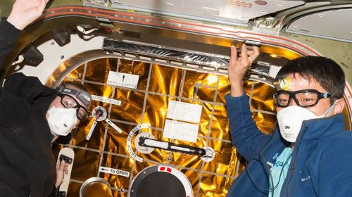 Kate Rubins и Takuya Onishi в Международната космическа станция. Credit: НАСА