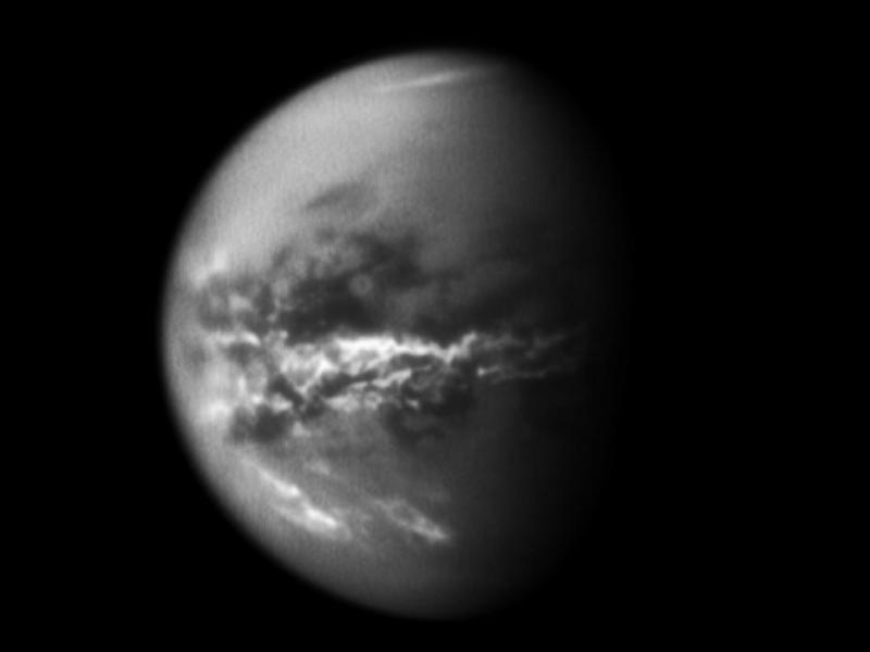 """Космическият кораб """"Касини"""" вижда сезонните дъждове, трансформиращи повърхността на луната на Сатурн - Титан"""