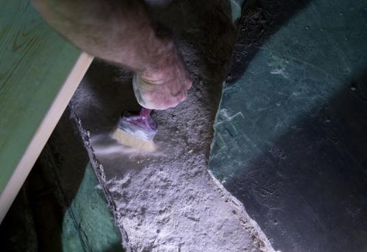 Реставратор премахва отломки под счупена мраморна плоча, за да разкрие оригиналната скална повърхността на това, което се смята за погребалното място на Иисус.
