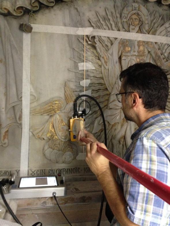 Инженер използва проникващ радар, за да засече стените на оригиналната гробница зад мраморната ѝ фасада. Credit: Photograph Courtesy Jerusalem Patriarchate, National Technical University Of Athens