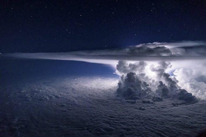 Пилот лети над гръмотевична буря, за да заснеме невероятни кадри от нея на височина 11 километра над океана