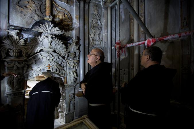 Францискански свещеници посещават мястото, за което традиционно се счита, че е гробницата на Иисус, по време на неговото обновяване в Църквата на Божи гроб. Credit: Oded Balilty, AP for National Geographic