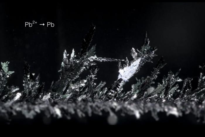 Видео: Хипнотизиращото зараждане на кристалите!