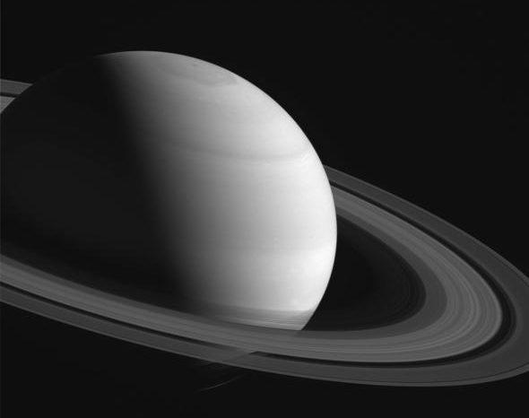 Обречен космически кораб започва последни спускания близо до пръстените на Сатурн