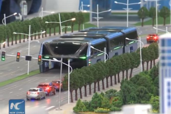 """Китай ще изпробва """"straddle bus"""" – автобус, който се движи над колите"""