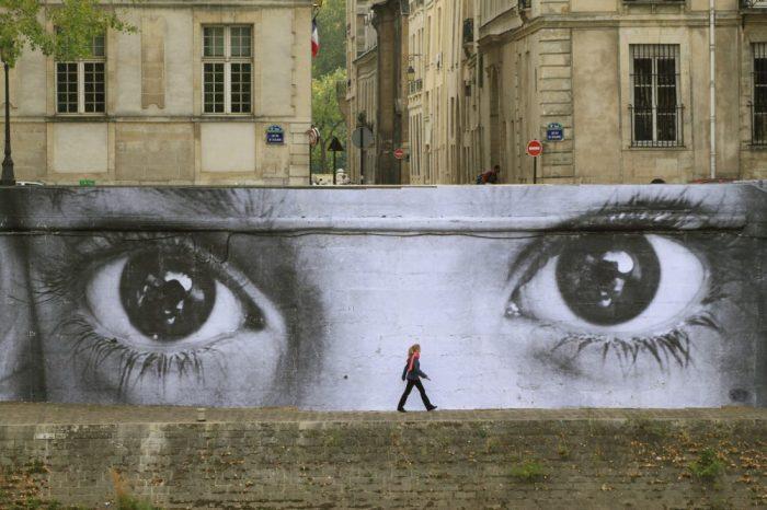 Наблюдават ни