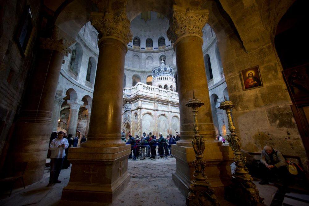 Посетители чакат да влязат в гробницата на Иисус в Църквата на Божи гроб. Завършването на реставрацията на едикулата се чества на 22 март 2017 г.