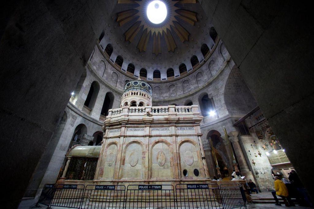 Всеки каменен панел от външната страна на едикулата от 19-ти век е изваден, почистен и върнат на мястото си.