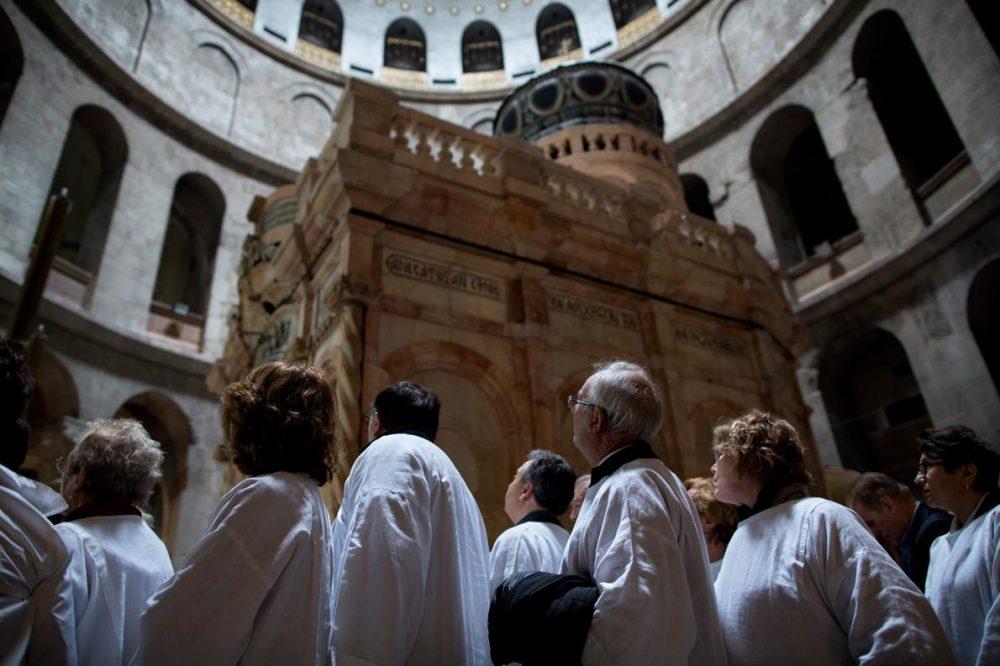Хора чакат на опашка, за да посетят гроба на Иисус в едикулата.