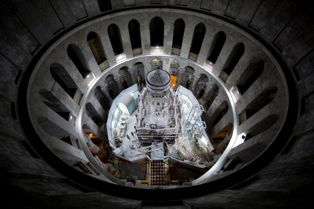 Поглед в ротондата, където скеле обгражда едикулата по време на реставрацията през октомври 2016 г.