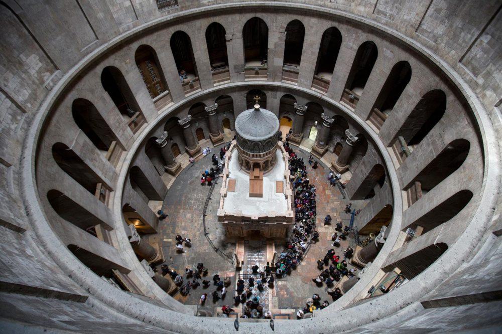 Посетители се любуват на възстановената едикула на 21 март 2017 г. Подът под храма е изложен на риск от пропадане, предупреждават учените.