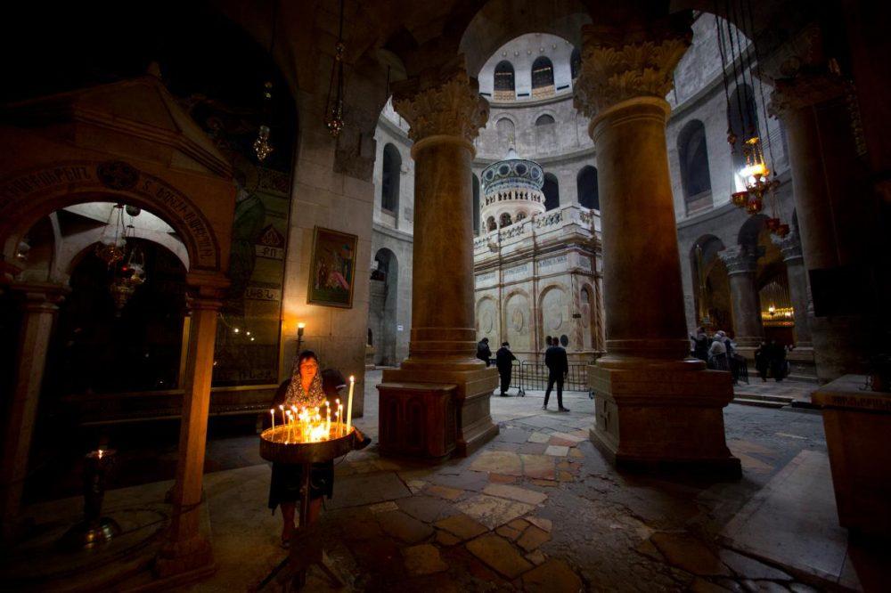 Поклонници палят свещи в църквата на Божи гроб, която според традицията, помещава мястото на разпятието и погребението на Иисус.
