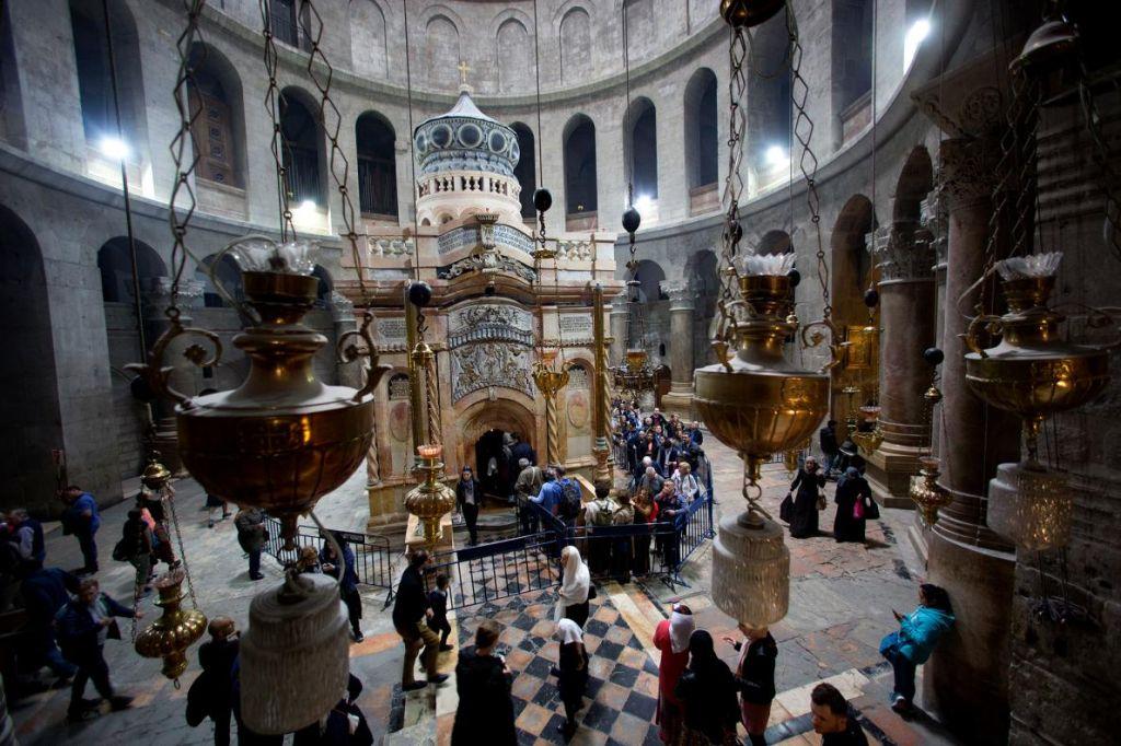 С цел укрепване на основите на едикулата, подът около храма трябва да бъде отстранен и ремонтиран.
