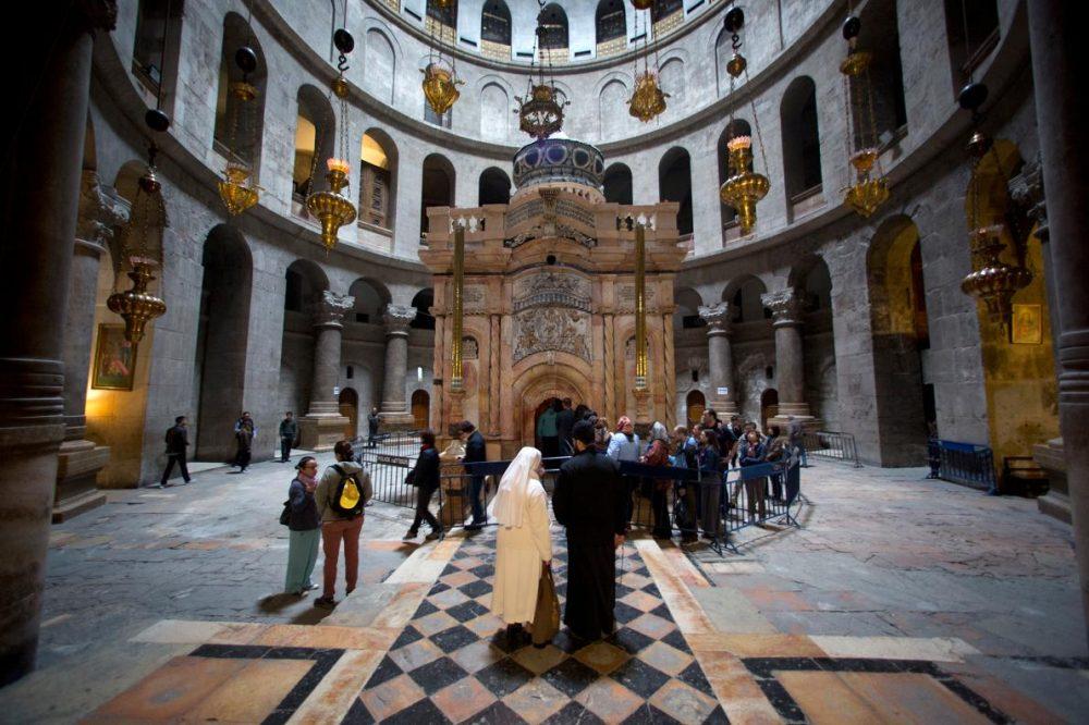 Външната част на едикулата е почистена от многовековни сажди от свещи.