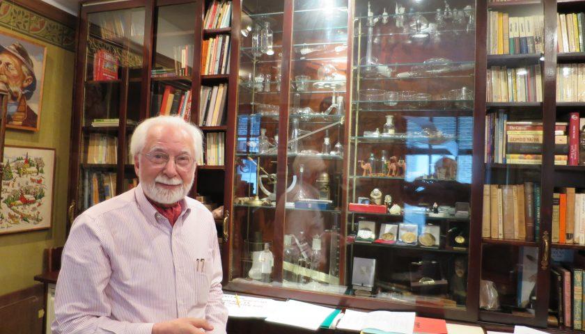 Проф. Рeфетов в офиса си в Чикаго
