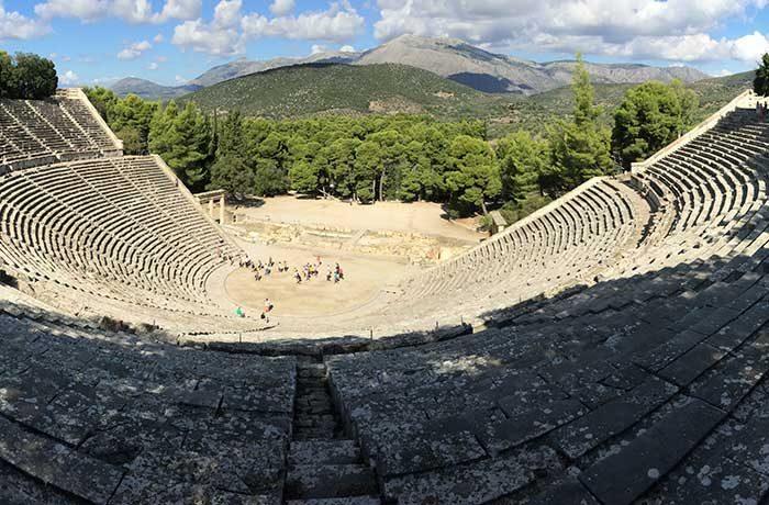Експеримент с  изпускане на топлийка оборва прословутата акустика на гръцките амфитеатри