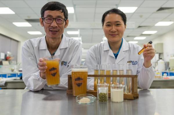 Професор Liu Shao Quan и Chan Mei Zhi Alcine от програмата по хранителни науки и технологии към Университета на Сингапур.
