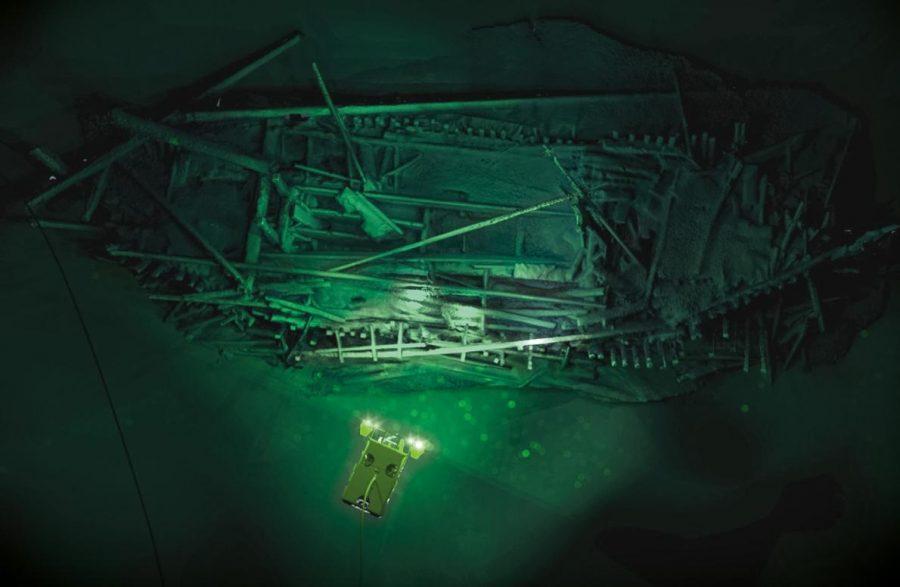ПОД ПОВЪРХНОСТТА. В дълбоките води на Черно море, дистанционно управляем носител (ROV) осветява останки от Османската ера. Credit: EEF, Black Sea Map