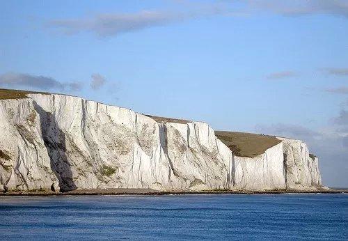 фиг. 5. Изумителните бели скали в Доувър, Англия, са изградени основно от коколитофориди. Източник: Kyle Mayers, University of Southampton. http://moocs.southampton.ac.uk/oceans/2015/09/02/kyle-mayers-my-research/. Скалите достигат височина от 110 м, а на дължина се простират на цели 13 км.