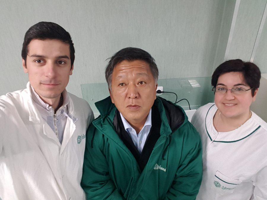 Пламена Желева, заедно с Милен Тодоров – началник на лабораторията по подобряване на щамове, и г-н Минода, с когото лабораторията си сътрудничи.