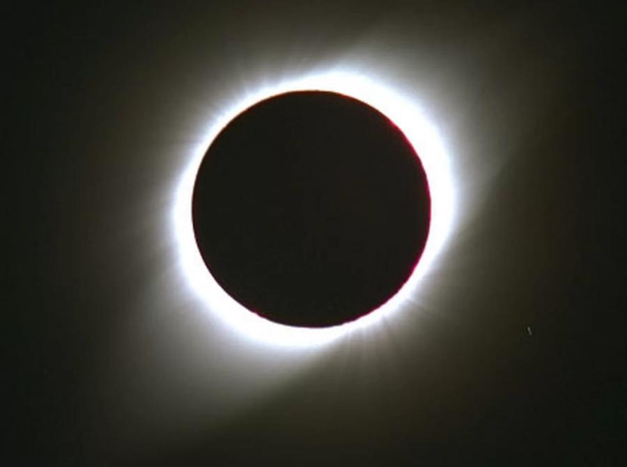 Ловецът на затъмнения Фред Епсенак засне тази снимка на пълно слънчево затъмнение на 24 октомври 1995 г. от Дъндуд, Индия.