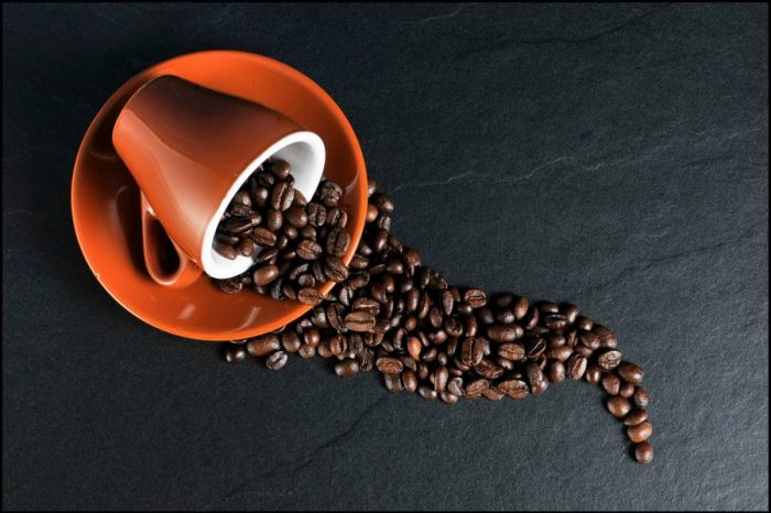 Да, изглежда пиещите кафе живеят по-дълго. Но не се вълнувайте прекалено