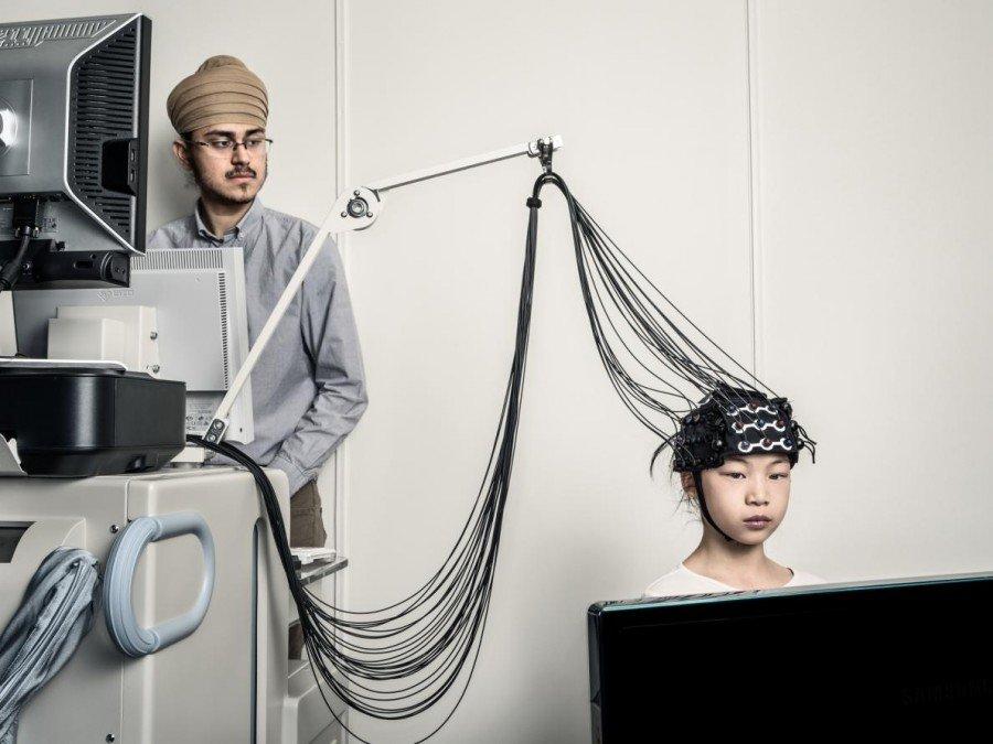 Да се научи да лъже е естествен етап от развитието на детето. Kang Lee, психолог от Университета в Торонто, е изучавал как децата стават по-усъвършенствани лъжци с възрастта. Darshan Panesar, научен сътрудник, и 9-годишната Amelia Tong демонстрират функционалната технология с инфрачервена спектроскопия, която Lee използва при проучванията си. Credit: Dan Winters