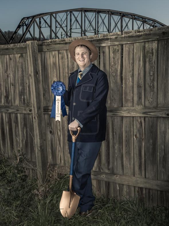 """Шампионът – лъжа за забавление. Желанието на Jacob Hall да стане супергерой вдъхновило небивалица, която му спечелила наградата """"Най-големият лъжец на Западна Виржиния"""" и златна лопата на миналогодишния фолклорен фестивал в Чарлстън """"Vandalia Gathering"""". """"Историите ми биха били отегчаващи без заблудата"""", казва Hall, възнамеряващ да преде прежда """"до края на живота ми, ако можете да повярвате на това."""" Credit: Dan Winters"""